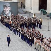 Aux Invalides, Emmanuel Macron dit adieu à Bébel