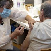 Vaccins contre le Covid: à quoi sert la troisième dose?