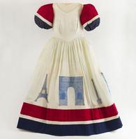 Robe tricolore décorée avec des monuments parisiens.