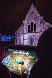 La façade de Sainte-Foy et la table interactive. Crédit photo: Ville de Chartres / Groupement Martino / Pixel'n'pepper