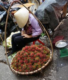 Une vendeuse de ramboutans.