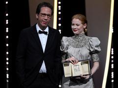 Emily Beecham reçoit le prix d'interprétation féminine pour Little Joe à Cannes