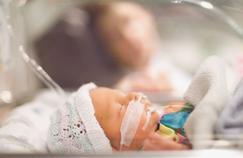 Un bébé né avec le cœur en dehors de la poitrine a été opéré avec succès