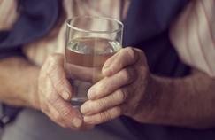 Seniors : boire trop d'eau expose à des troubles neurologiques