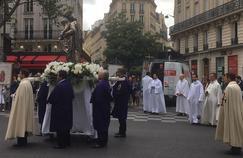 À Paris, la procession de l'Assomption à l'ombre de Notre-Dame meurtrie
