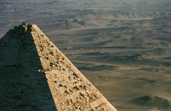 L'Égypte vue du ciel: vol au-dessus d'un nid de pyramides