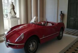L'Alfa Romeo Guilietta dans la salle des colonnes du château.