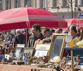 Chasse aux trésors dans les allées du marché aux puces de la place Britanski.