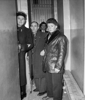 Le jeune Roger Godfrin et un autre rescapé, le cordonnier Machefer, lors du procès d'Oradour-sur-Glane au tribunal militaire de Bordeaux, le 13 janvier 1953.