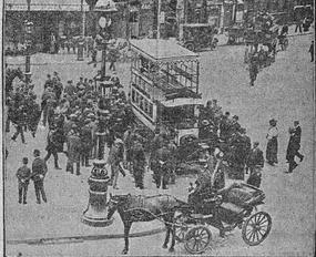 Arrivée du premier omnibus automobile place de l'Opéra en juin 1906. «L'Écho de Paris», RetroNews.