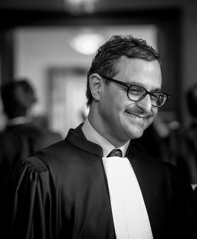 Arash est devenu avocat en décembre 2017.