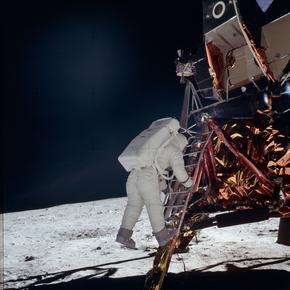 Buzz Aldrin descendant les marches du module lunaire.