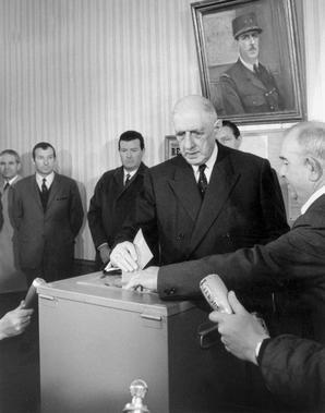 Charles de Gaulle, président de la République française vote lors du référendum sur la révision de la constitution avec la création des régions, la rénovation du Sénat, à Colombey-les-deux-églises, le 27 avril 1969.