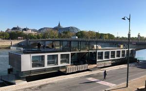 Fluctuart, centre d'art urbain flottant, au pont des Invalides (VII <sup>e</sup>).