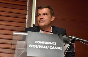 Le patron de C8 «en colère» après les accusations de Stéphane Guillon