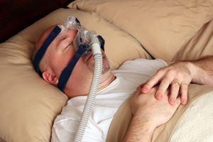 Dormeur portant une machine à pression positive continue contre l'apnée du sommeil.