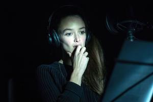 Charlotte Le Bon en studio.