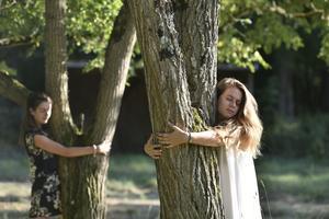 Un parcours  nu-pieds et des câlins aux arbres, pour découvrir la nature autrement.