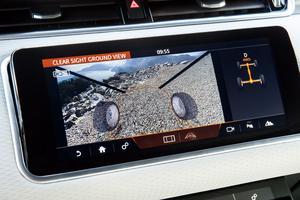 Le «Clear Sight Ground View» , ou «capot transparent», retransmet sur l'un des deux écrans centraux l'état de la route sous le véhicule. Un bon allié sur les mauvais terrains.