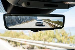 Une caméra placée à l'arrière assure une excellente rétrovision sur un écran couleur. Par une simple pression sur un bouton, les réfractaires reviendront au traditionnel miroir.