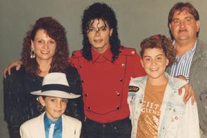 Michael Jackson entouré de la famille Robson