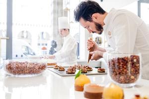 Cédric Grolet en pleine préparation à la Pâtisserie du Meurice.