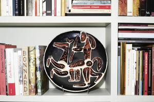 Dans la bibliothèque, un plat en céramique des années 1960.