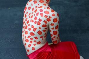 Junnan Li met en scène le corps dans «Butterfly III Red Flower Shirt», non censuré au Festival de Lianzhou.
