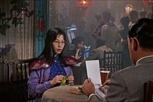 La Hongkongaise Lau Wai recherche dans le cinéma hollywoodien des années 1950 les stéréotypes chinois et glisse son visage sur celui de l'héroïne.