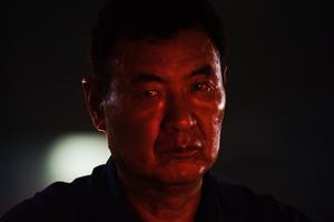 Dans sa série «Afterglow», à la Shoe Factory de Lianzhou, Zhao Chongyi photographie, à la lueur des feux rouges,  <br/>les travailleurs épuisés d'une ville subsidiaire de Shenzhen.