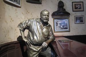 Statue de bronze d'Ernest Hemingway accoudé au comptoir du bar-musée Le Floridita, où l'écrivain avait ses habitudes, à La Havane.
