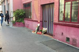 Devant domicile de la Rue Daguerre, les fleurs s'accumulent.
