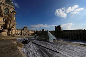 À l'occasion des 30 ans de l'œuvre de l'architecte américain Ieoh Ming Pei, l'artiste JR replace la Pyramide du Louvre au cœur d'un trompe-l'œil dantesque.