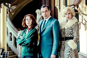Blandine Bellavoir, Samuel Labarthe et Élodie Frenck dans Les Petits Meurtres d'Agatha Christie sur France 2.