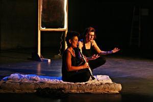 F (Laurie Alle) joue de la clarinette, qui résonne sans fin dans la tête de R (Marion Bignardi).