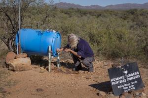 Des citernes d'eau ont été placées par des bénévoles sur le parcours des clandestins.