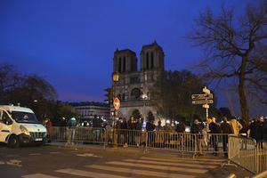 Des passants devant Notre-Dame mardi.