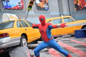 Pour ceux qui le désirent, Spider-Man se tient prêt à prendre la pose pour immortaliser une rencontre héroïque.