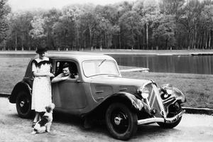 La Traction Avant Citroën en 1934: une création totalement nouvelle, qui surprend le monde automobile.