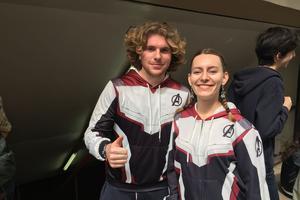 Julien et Alice portent fièrement les nouvelles couleurs des Avengers.