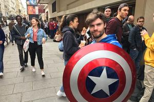 Jordan brandit fièrement son bouclier de Captain America