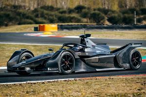 La Mercedes EQ Silver Arrow 01 sur la piste de Varano.