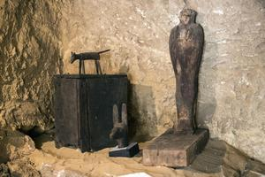 Statues en calcaire retrouvées dans l'ensemble funéraire de Gizeh.