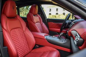 Les sièges baquets en cuir assurent un maintien latéral satisfaisant.