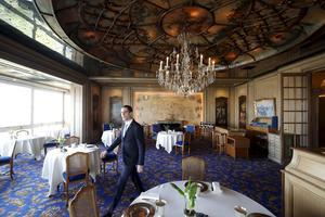 La salle du restaurant, où la précision du geste s'allie avec la justesse du verbe .