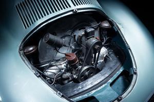 Le moteur 4-cylindres à plat de 985 cm3 placé en porte-à-faux arrière approche les 40 chevaux.