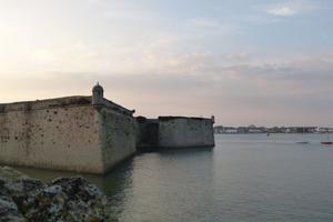 Balade sur les remparts et musique du XVIIIe à la citadelle de Port-Louis, dans le Morbihan.