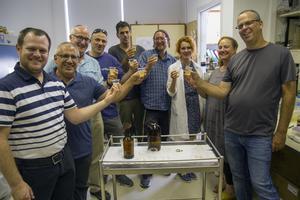 Les chercheurs goûtent la bière qu'ils ont brassée à partir d'une levure ancienne.