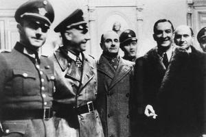 René Bousquet en compagnie d'officiers allemands pendant des rafles à Marseille en 1943.