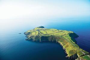 Promontoire ouvrant sur le grand large, Old Head abrite un golf entre ciel et mer (en bas).